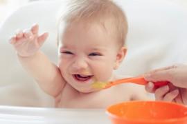 Beb hermoso comiendo pur
